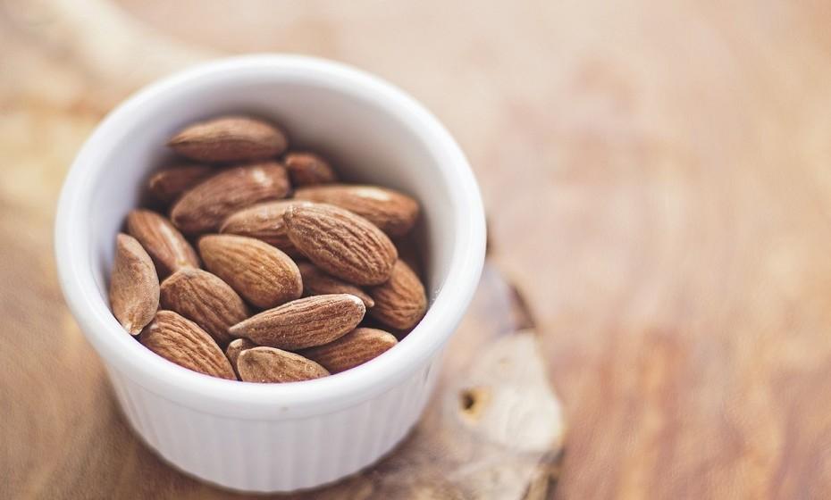 Coma amêndoas como lanche. Estas são crocantes e satisfatórias, fornecem minerais, proteínas e fibras, os quais contribuem para um melhor metabolismo.