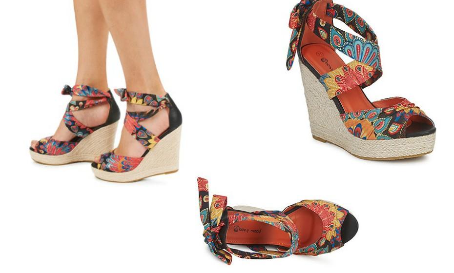 Sandálias com salto em cunha com padrão florido da marca Monny Mood.