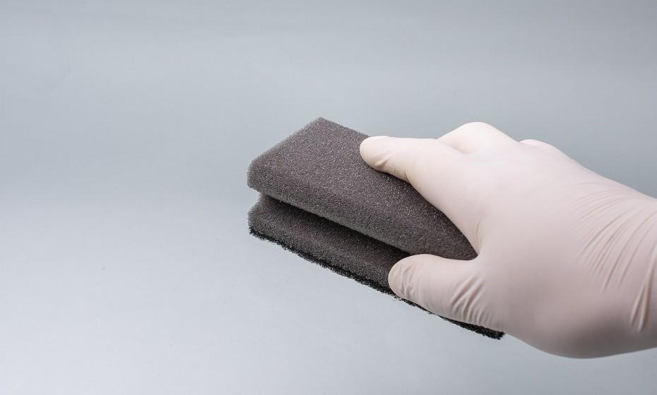 As esponjas acumulam muitas bactérias, mas é possível ver-se livre delas se as limpar no micro-ondas. Basta mergulhar a esponja em água com sabão/vinagre/limão e colocar no micro-ondas durante um minuto.