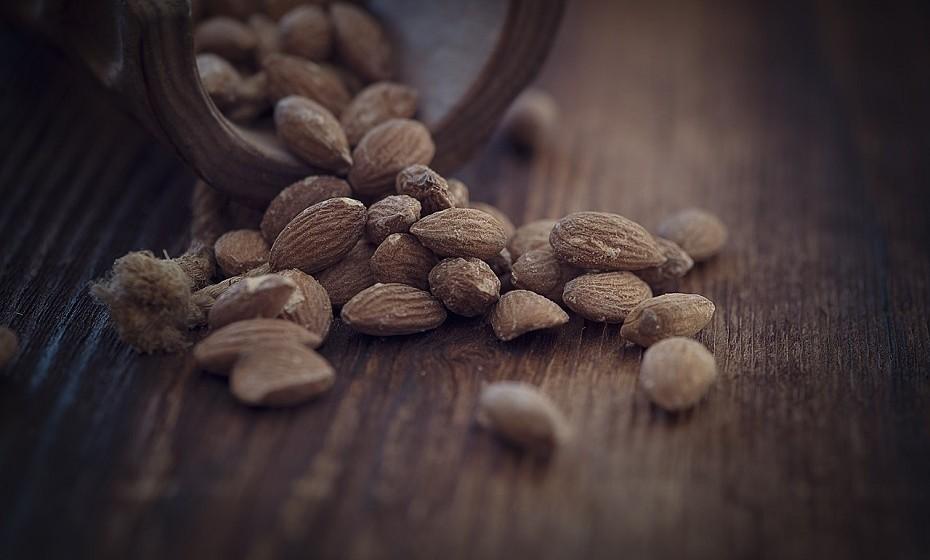 As amêndoas são ricas em nutrientes como gorduras saudáveis, proteínas, magnésio e outros. Cerca de 22 amêndoas proporcionam 8% da DDR de cálcio.