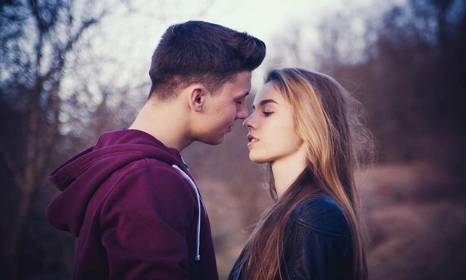 Balança e Gémeos – Esta é uma conexão intelectual. Não só usam os seus corpos para comunicar, mas também para sincronizar as mentes, o amor e as emoções. Ambos os signos têm um alto nível de espiritualidade e inteligência, fazendo com que a mente se torne em algo sexy e bom de desfrutar. São muito compreensivos e apreciam a harmonia, o conhecimento e a igualdade numa relação.