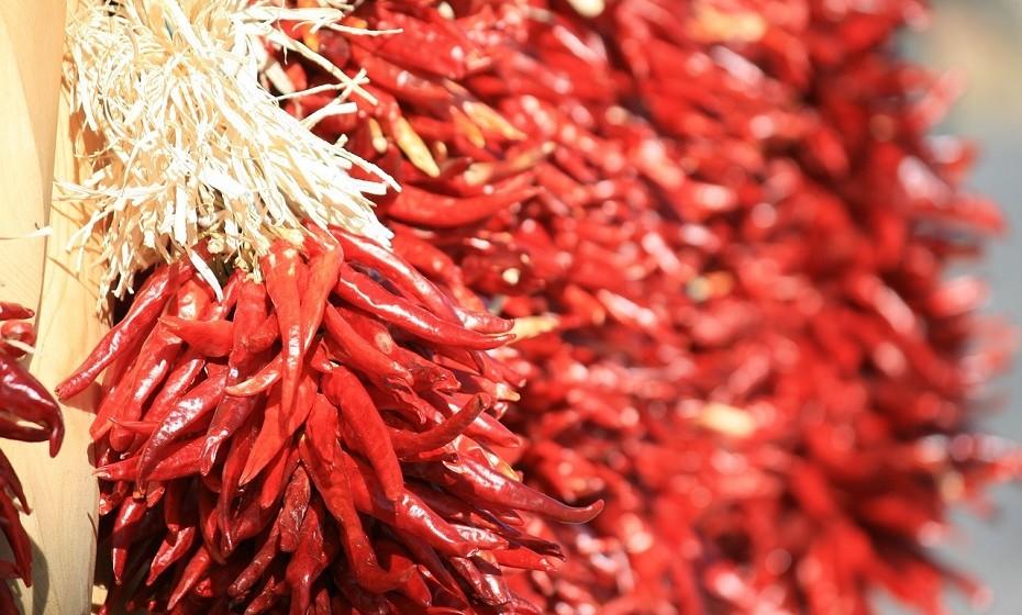 O picante é um ótimo acelerador de metabolismo. Experimente adicionar pimenta caiena, por exemplo, aos seus cozinhados.