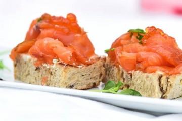 Musquetas em pão de sementes de salmão e ovas keta