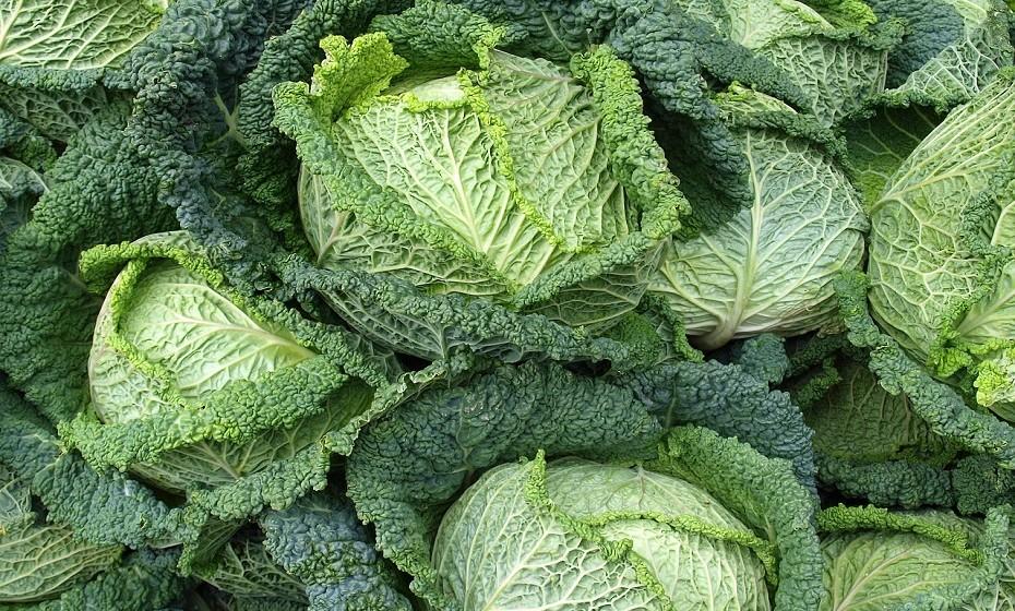 Os vegetais com folhas verdes e escuras são ricas em cálcio e incrivelmente saudáveis. Exemplo disso são as couves e os espinafres.