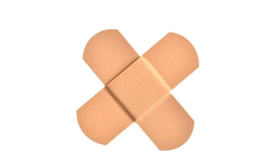 8. Das feridas simples tu tratarás. Se tiveres uma ferida pequena/corte, lava cuidadosamente as mãos e depois lava a ferida com água potável, sem esfregar; e, por fim, coloca o teu desinfetante para a pele. Se o ferimento é profundo, extenso ou numa área sensível, vai ao posto de socorros. Nunca retires um corpo estranho da ferida.