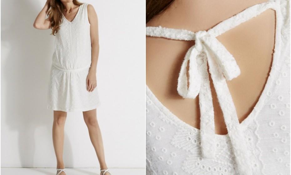 Um vestido branco é um must-have em qualquer armário. Este é da Vetbaudet, em renda, com um pormenor nas costas e um ligeiro suporte na parte inferior da barriga.