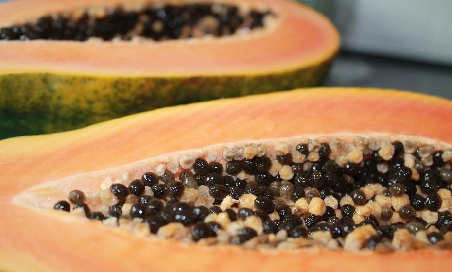 Além de manter o seu corpo saudável, a papaia também ajuda a melhorar a aparência da sua pele, que fica mais tonificada e jovem. Os seus antioxidantes poderosos podem ajudar a pele a recuperar dos danos causados pelo sol e podem defendê-la na 'luta' contra as rugas.