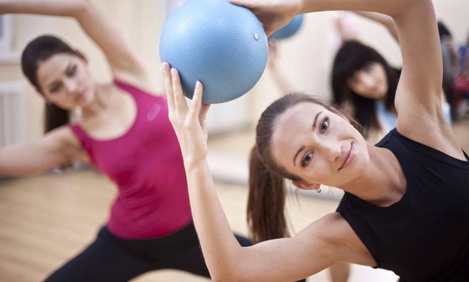 9 – Faça exercício e sinta a diferença – Esqueça o exercício militante. Simplesmente seja ativa e sinta as diferenças. Mude o foco para os benefícios que o movimento faz ao seu corpo e mente, em vez de se focar nas calorias que está a gastar. Se se focar em como se sente revigorada depois do exercício, isso faz toda a diferença na motivação para saltar da cama. Se o seu objetivo for só perder peso, não é motivador o suficiente para saltar para a rua ou ginásio.