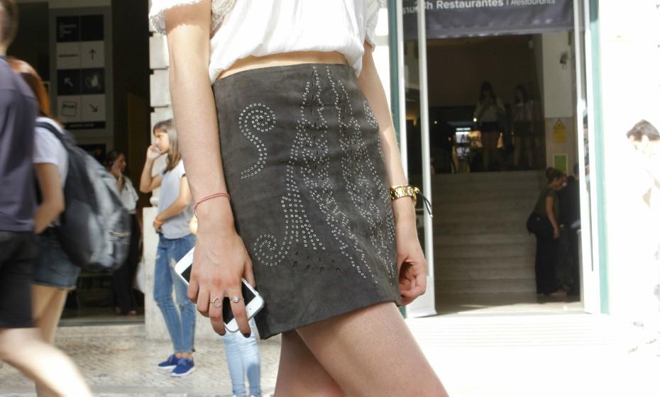 Tanya optou por conjugar um top branco com uma saia de camurça com alguns detalhes brilhantes.