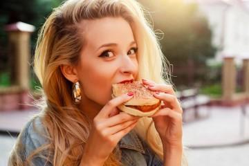 Dizer a um viciado em comida para comer com moderação é como dizer a um alcoólico para beber com moderação… É simplesmente impossível ou muito difícil. Conheça os sintomas de um viciado em 'junk food' e faça uma autoavaliação, segundo os nutricionistas da plataforma 'Authority Nutrition'.