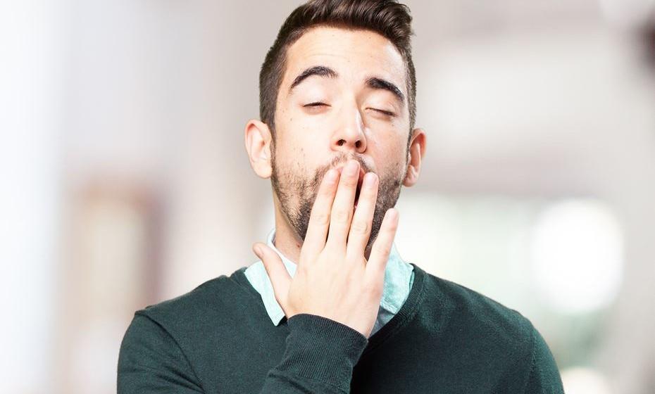 Porque bocejamos quando alguém o faz mesmo quando não nos sentimos cansados? A pergunta tem intrigado cientistas que continuam à procura de uma razão clara. Um estudo da Universidade de Nottingham, Inglaterra, sugere que tal é desencadeado automaticamente por reflexos primitivos no córtex motor primário. Diz ainda que o nosso desejo de bocejar é aumentado se nos for instruído que lhe resistamos.