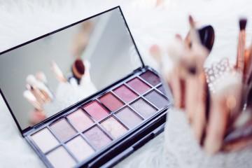 Tratar bem do rosto não passa só por fazer uma boa exfoliação ou colocar cremes. Se utiliza maquilhagem, é importante que tenha em conta a validade dos produtos e a limpeza dos mesmos, para não correr o risco de provocar irritações na pele.