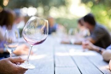 Para muitas culturas, o vinho é uma parte essencial da refeição. A apreciação de vinho é uma atividade de lazer com cada vez mais adesão. A 'CNN' elegeu os 15 melhores percursos de vinho e o Alentejo está entre eles.