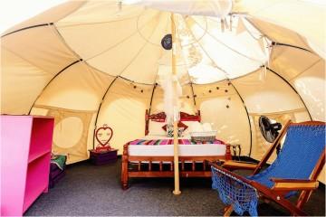 Da fusão das palavras inglesas 'glamourous' e 'camping', nasceu o 'glamping' que representa uma nova vaga de turismo ecológico com ecoestruturas luxuosas, integradas no meio ambiente. O 'Trivago' reuniu os 8 melhores glampings onde podem ser desfrutados momentos com a tranquilidade e conforto de um hotel.
