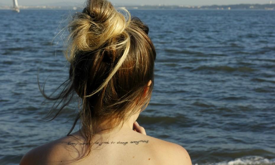 As tatuagens já não são um tema tão controverso como foram em tempos. Há quem odeie, há quem goste e há quem tenha uma atitude de indiferença em relação a elas. A verdade é que esta arte passeia por muitos corpos por esse mundo fora e muitas contam histórias bem interessantes.