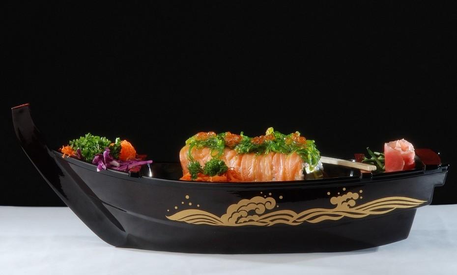 Comer sushi feito com peixe cru pode coloca-lo em risco de infeção com várias bactérias e parasitas. Algumas das espécies incluem salmonela, várias bactérias e parasitas malignas. No entanto, os procedimentos de processamento de alimentos e tratamento adequado podem reduzir o risco de contaminação. Mulheres grávidas, crianças, idosos e pessoas com sistema imunológico enfraquecido devem evitar comer sushi feito com peixe cru.