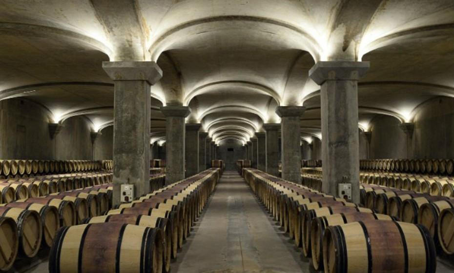 Bordeaux, França. Embora a área esteja repleta de regiões vinícolas familiares, é o castelo Medoc que se destaca. Bordeaux tem cinco qualidades graduadas e pode demorar mais do que um dia a conhecer todas. Entre os vinhos, há também um museu de arte a conhecer, o Musée des Beaux-Arts.