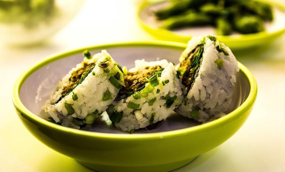 Original do Japão, o sushi consiste em rolos de algas (nori) cruas ou cozidas de arroz com sabor a vinagre de arroz, peixe e legumes. É normalmente servido com molho de soja, uma pasta verde picante (wasabi) e gengibre em conserva.