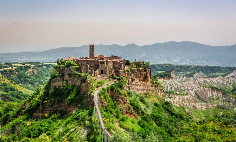 Civita di Bagnoregio, Itália, são na verdade duas cidades remotas. Atualmente, Civita tem apenas cerca de seis residentes durante o ano inteiro e, por este motivo, é apelidada de 'Cidade da Morte'. Muitos dos edifícios são comprados por italianos ricos que vêm passar férias ao local.