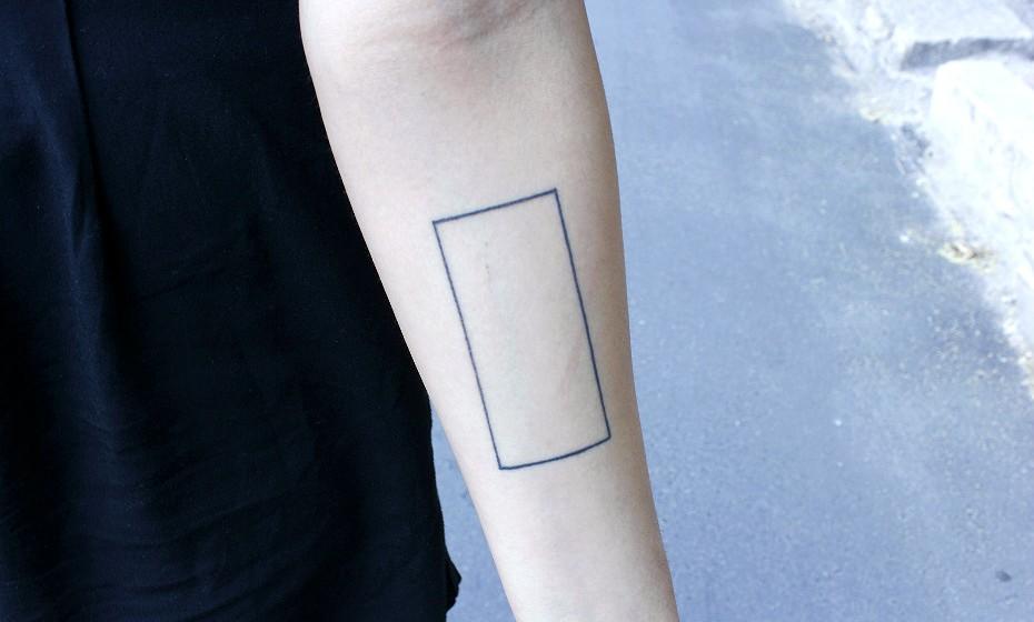 «Esta é minha primeira tatuagem. Fiz há cerca de dois meses. No fundo, isto é uma tela em branco sempre pronta a ser preenchida, é um lugar onde as pessoas se podem expressar. Quando vou a festivais e me dão algum autocolante eu coloco dentro deste espaço, por exemplo», explica Lucia.