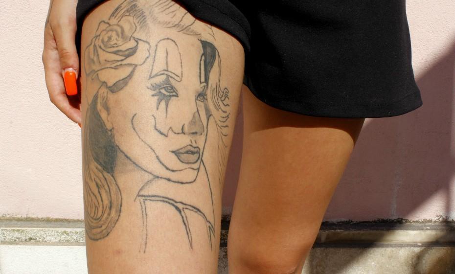 Na perna direita Carina tem uma palhaça, uma das suas maiores tatuagens. «Preocupa-me um bocadinho o facto de não ser bem aceite no mercado de trabalho, mas espero que a mentalidade das pessoas mude um bocadinho até lá».