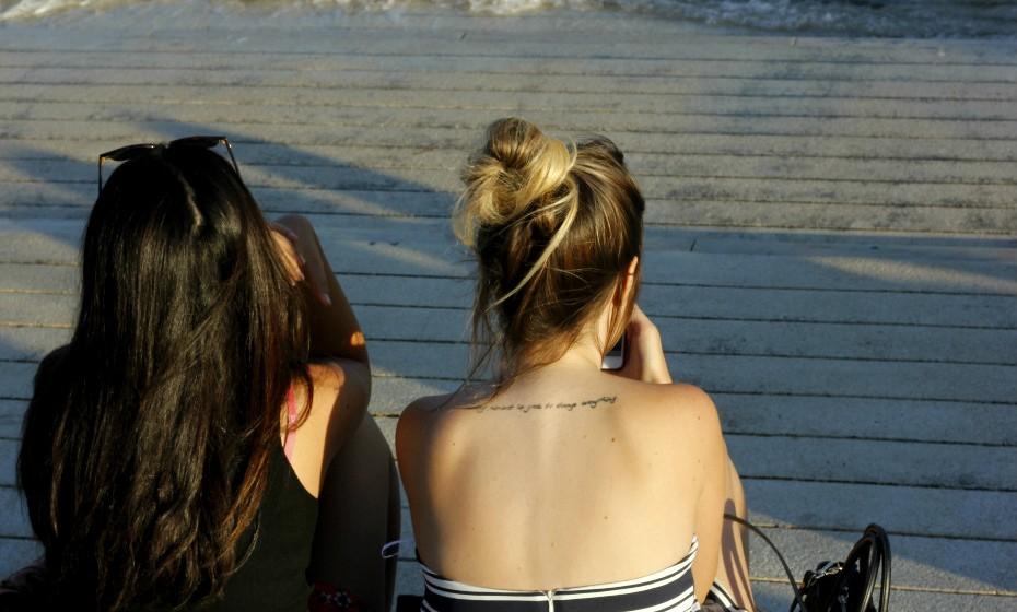 Encontrámos a Raffaela Piccolo, 21 anos, a relaxar no cais do Terreiro do Paço e não ficámos indiferentes à simplicidade da sua tatuagem.