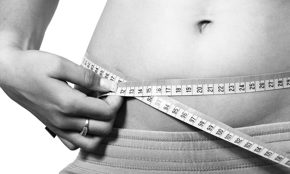 A ingestão total de calorias desempenha um papel fundamental no controlo de peso. Se consumir mais calorias do que queima, estas são armazenadas como músculo ou gordura corporal. Esteja ciente do tamanho das porções e do consumo total de alimentos ou calorias que ingere.
