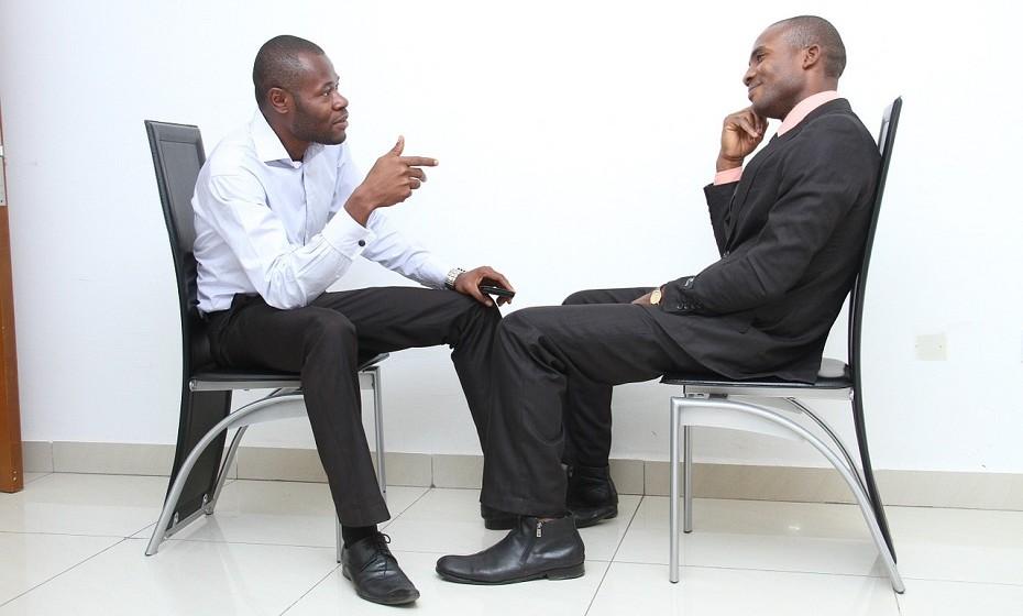Evite qualquer tipo de 'graxa', isto é, em conversa com o seu patrão, não o elogie demasiado. Por outro lado, evite a autopromoção. Vai passar por arrogante e egocêntrico.