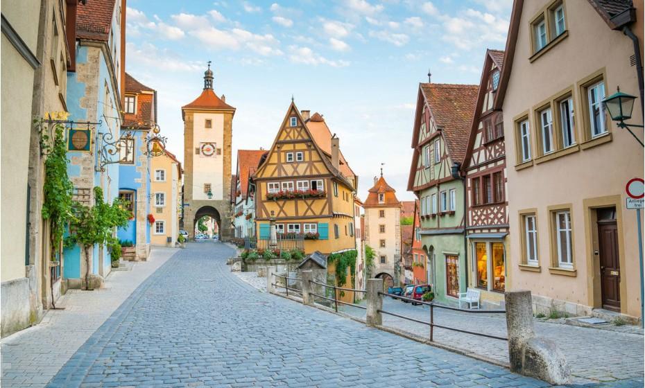 Ir a Rothenburg, Alemanha, significa voltar à época medieval. Este local traz a Idade Média e o Renascimento até ao século XXI com as suas estradas e caminhos característicos, assim como pelas fachadas das casas, as fontes, as placas das ruas e muito mais.