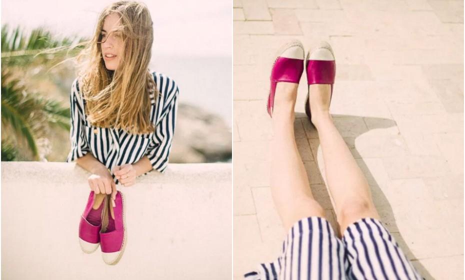 Para utilizar cores fortes nos pés equilibre o look com um vestido 'effortless', como quem diz descontraído. Esta combinação de uma cor elétrica com um vestido às riscas grossas e largo é um bom exemplo.