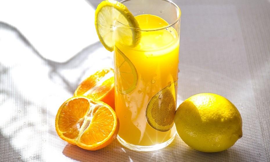 Como a fruta inteira, o sumo de fruta contém algumas vitaminas e minerais. Apesar de parecer uma escolha saudável, estas vitaminas e minerais vêm com uma grande dose de açúcar e pouca fibra. Prefira comer a fruta por inteiro, ao natural.