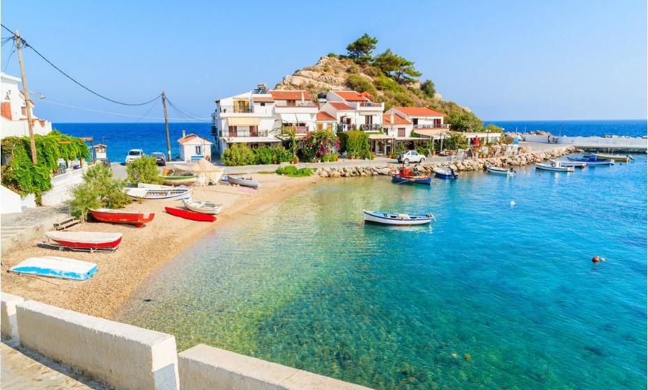 Samos-Kokkari, Grécia, é uma ilha governada pela beleza e pelas suas lendas. É a ilha do pai da matemática, Pitágoras, e do filósofo Epicuro. Toda a sua paisagem é feita de cor e de luz.