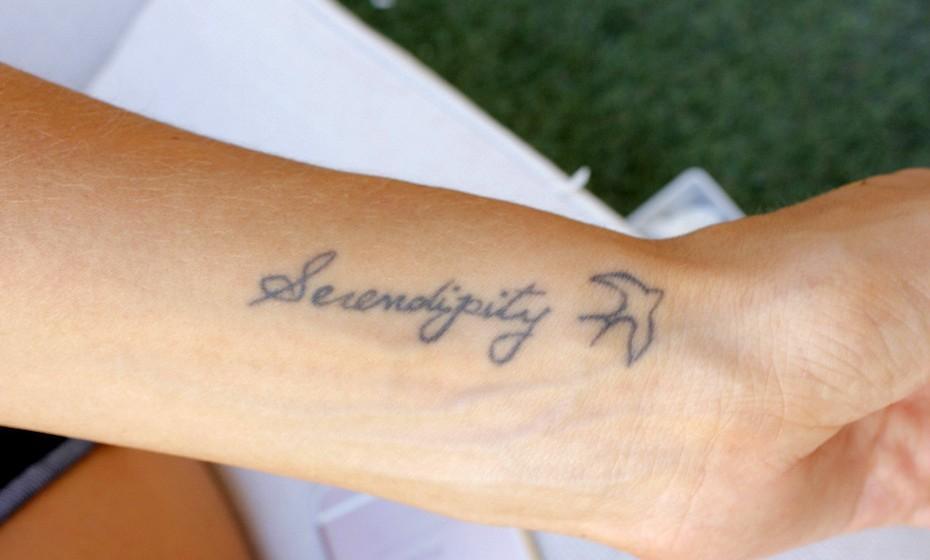 'Serendipity' ('Serendipidade'), como quem diz descobertas boas feitas ao acaso, é a tatuagem preferida da belga.