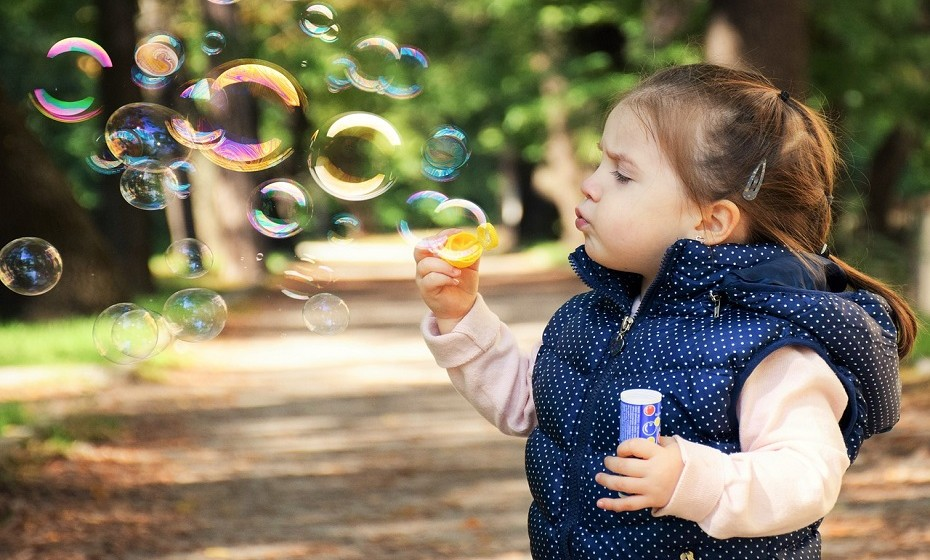 Certifique-se de que as vacinas do seu filho estão regularizadas, incluindo as do sarampo, poliomielite e hepatite.