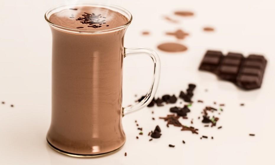 O leite é uma bebida muito nutritiva, é rico em nutrientes benéficos para a saúde dos ossos, incluindo cálcio e proteína. No entanto, o leite com chocolate é, por norma, adoçado com calda de chocolate e com grandes doses de açúcar.