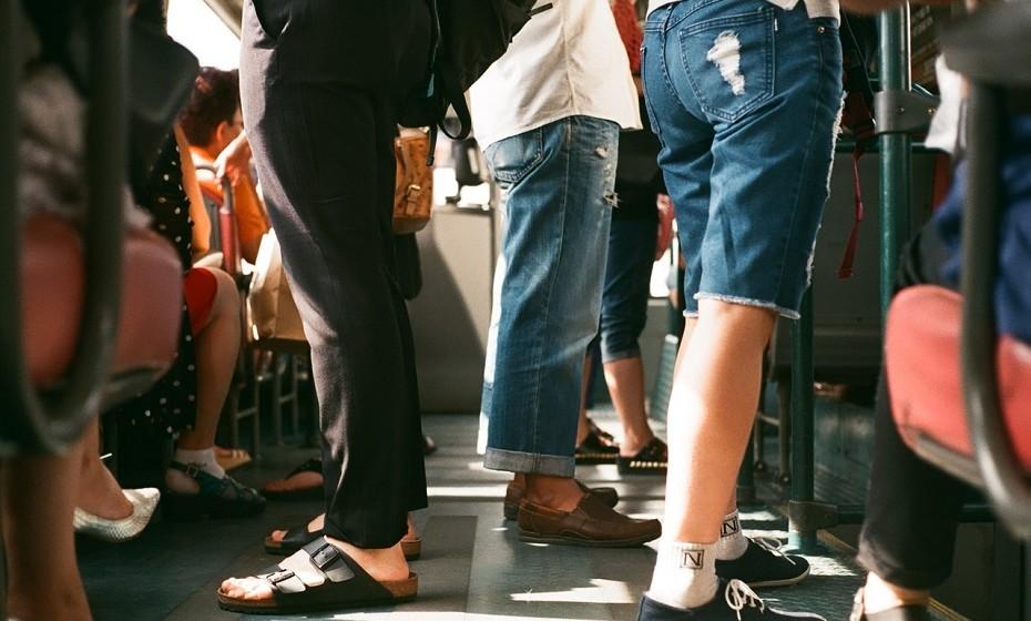 Quando andar de transportes públicos opte por ir em pé.