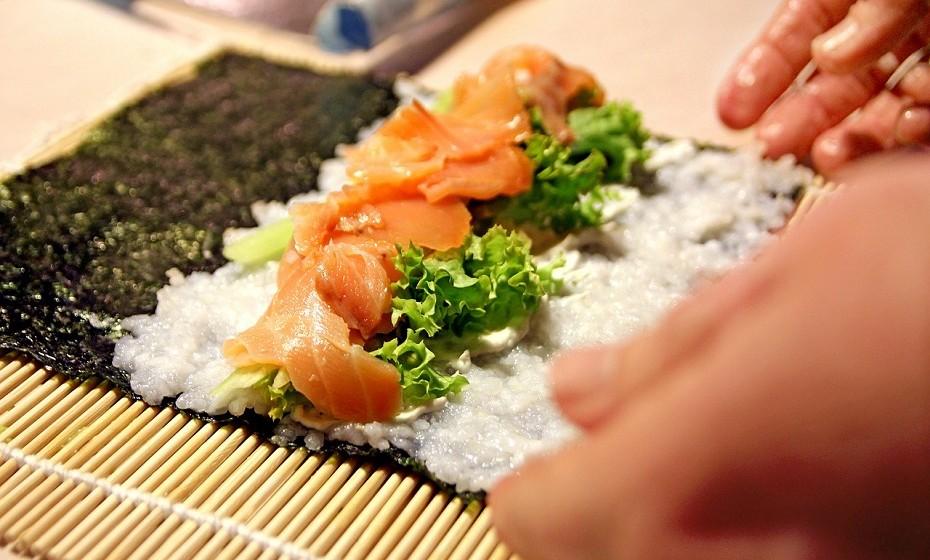 As algas marinhas contêm muitos nutrientes, incluindo cálcio, magnésio, fósforo, ferro, sódio, iodo, tiamina e as vitaminas A, C e E. Além do mais, 44% do peso do nori é proteína. No entanto, um rolo de sushi contém poucas algas, o que torna improvável contribuir tanto para as necessidades diárias de nutrientes.