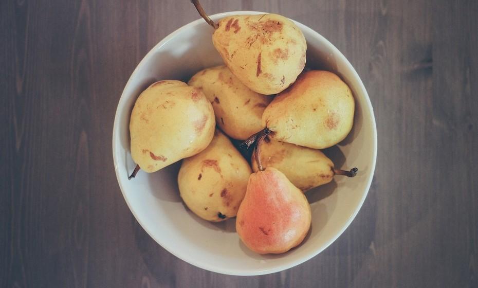 As peras e as maçãs são ricas em fibra e grande parte da sua carga nutritiva está na casca. Certifique-se de que lava cuidadosamente cada peça de fruta antes de comer.