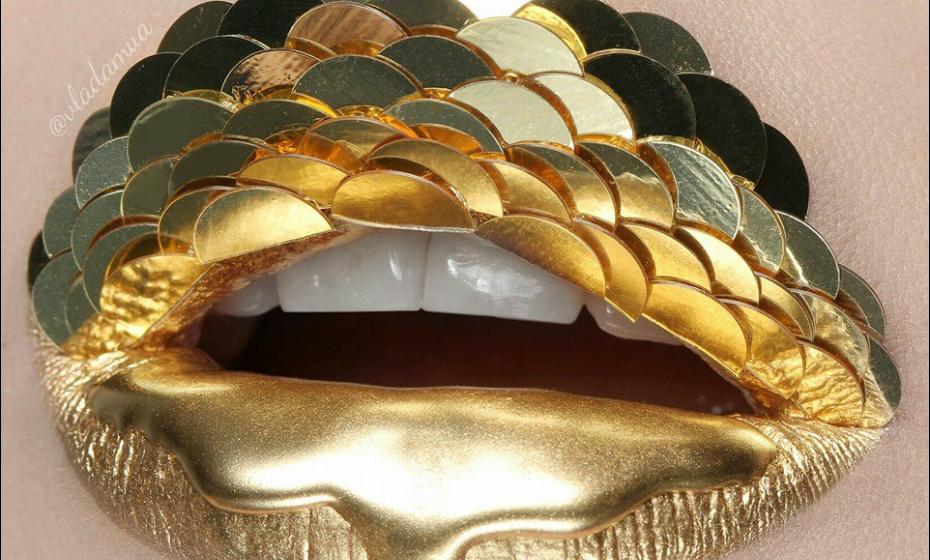 Gosta de usar cores fortes e faz várias vezes pinturas com dourados, seja em batom, glitter ou adornos.