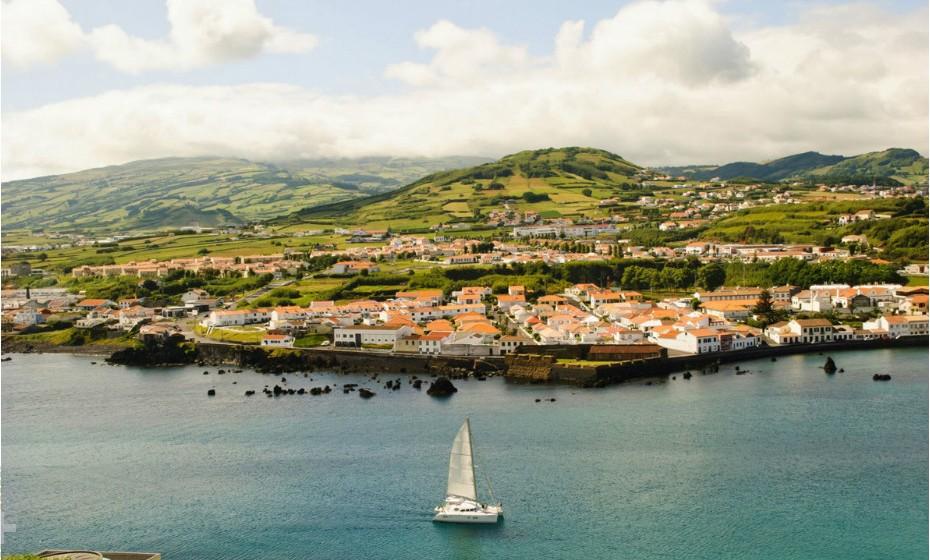 Faial, Açores, Portugal. A ilha tem cerca de 15 mil habitantes e está repleta de cor: o azul das casas, o verde dos campos… Se não quer ir muito longe nestas férias, esta é uma boa opção. A cerca de 66 milhas está a ilha Terceira, igualmente uma boa escolha.