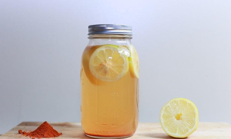 Chá gelado é geralmente adoçado com açúcar ou aromatizado com calda. Por norma, estes chás contêm cerca de 33 gramas de açúcar por 340ml. Se gostar de chá gelado, opte por fazer em casa e não adicione açúcar à bebida.
