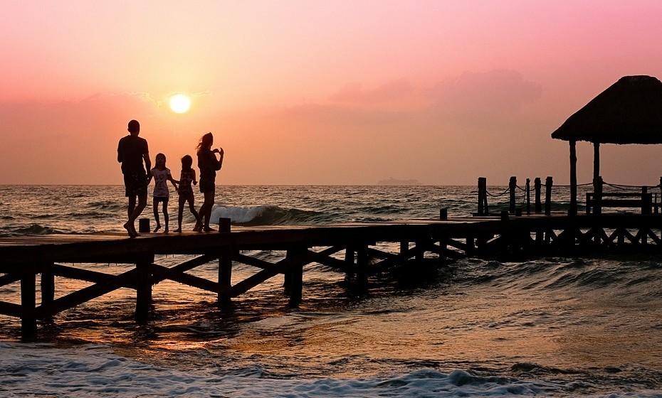 «Viajar para o exterior com crianças pode ser uma aventura inesquecível para toda a família», diz Nava Yeganeh, médica no Hospital Ronald Reagan UCLA, EUA.  «Estas estratégias podem ajudar a desfrutar das férias e voltarem para casa plenamente saudáveis».