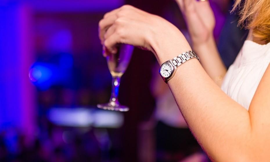 Não há evidências de que ingerir algumas bebidas alcoólicas por semana afetem a fertilidade, mas vários médicos advertem para os riscos do seu consumo excessivo, em particular em mulheres que apresentem distúrbios de ovulação.
