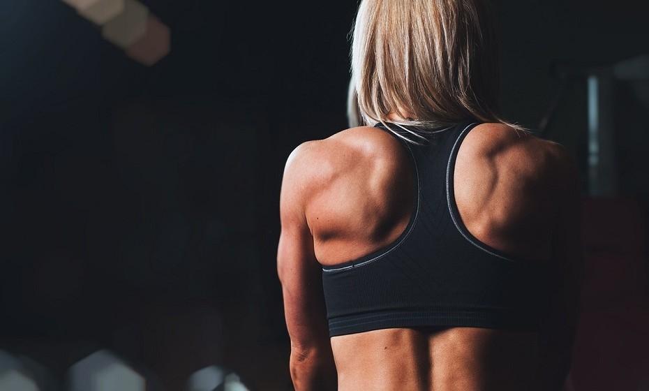 O exercício físico é muito importante para uma mulher se manter tonificada, forte e cheia de energia. No entanto, o abuso da prática pode afetar a ovulação. Um estudo (2012) pulicado na 'Fertility and Sterility' descobriu que as mulheres, com peso normal, que praticam exercício físico vigorosamente durante mais de cinco horas por semana, têm mais dificuldade em engravidar, sendo que o sinal mais evidente é a mudança no ciclo menstrual.