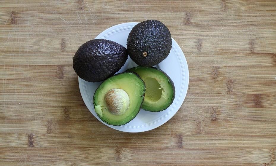 O abacate pode ser considerado uma fonte saudável de gordura monoinsaturada. Não tenha medo de comer este alimento por ser caracterizado como uma gordura, pois, na verdade, o seu consumo tem imensos benefícios a nível cardíaco, assim como para o bem-estar geral.