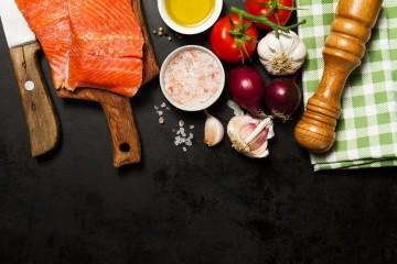 A 8 de novembro, celebra-se o Dia Europeu da Alimentação e da Cozinha Saudáveis. Todos sabemos o papel central que a alimentação tem na nossa saúde e qualidade de vida. Embora uma alimentação saudável possa ser bastante simples, as mil e uma dietas que atualmente existem podem causar alguma confusão. Este é um guia para iniciados no mundo da alimentação saudável.