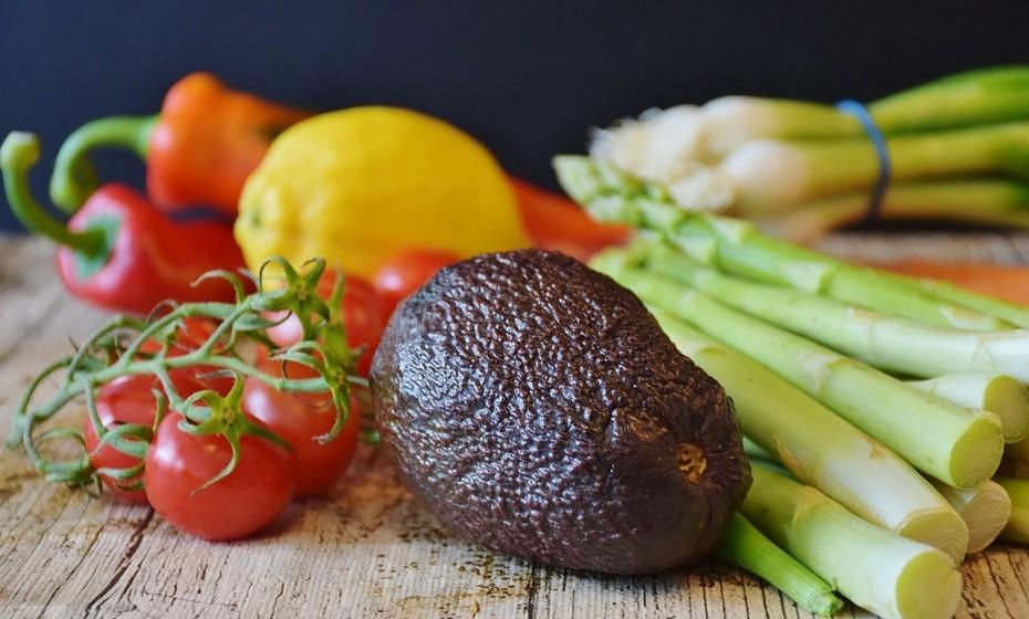 Tente, ao máximo, basear a sua dieta em fruta, carne, peixe, nozes, sementes, legumes e feijão.