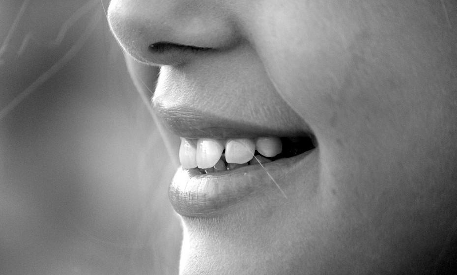 Vai arruinar o seu sorriso. Um estudo publicado na revista 'General Dentistry' comparou a boca de um consumidor habitual de cocaína, de um de metanfetamina e de outro de coca-cola e encontrou o mesmo nível de erosão dentária em cada um deles. O ácido cítrico enfraquece e destrói o esmalte dos dentes ao longo do tempo.