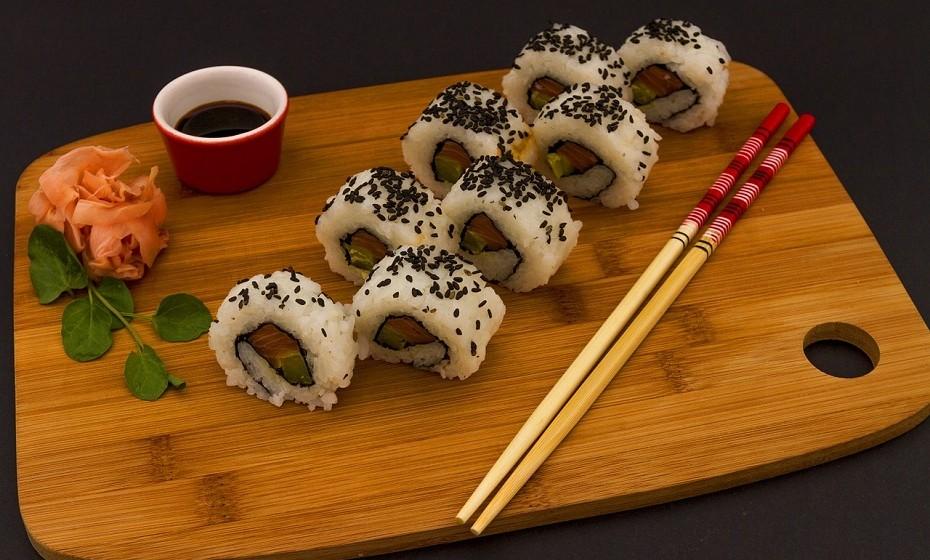 A refeição de sushi contém geralmente uma grande quantidade de sal. O arroz é preparado com sal, o peixe defumado e os legumes em conserva usados também contêm sal. Por fim, o molho de soja tem muito sal na sua composição. Estas características podem aumentar o risco de cancro do estômago e promover a pressão arterial elevada em algumas pessoas.