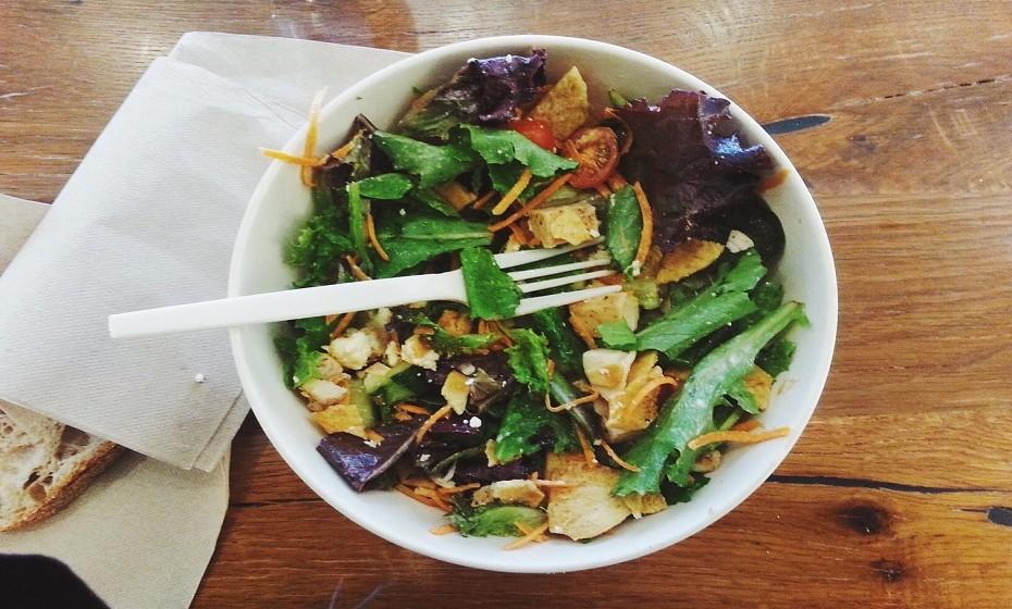 Está calor e comer legumes cozidos e quentes não sabe tão bem como no inverno. Recheie as suas saladas com alimentos variados e ricos em carotenoides (cenoura, damasco, melão, melancia, tomate, salmão, etc), uma substância que o seu corpo converte em vitamina A e que protege dos danos do sol. Têm a capacidade de diminuir a sensibilidade à luz UV e reparar a pele áspera e seca.